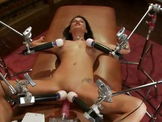 Sizzling Bailey Brooks lays back & gets machine fucked