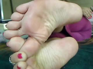 Amateur puts her gorgeous feet on camera